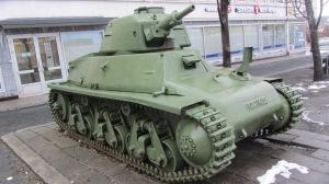 Panssarivaunu vartioi sotamuseon sisäänkäyntiä