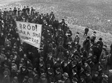 Vuoden 1917 mielenosoituksissa vaadittiin leipää kansalle.