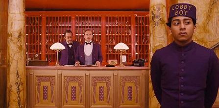 Tony Revolori (oik.) ja Ralph Fiennes parivaljakkona Wes Andersonin visuaalisessa mestariteoksessa.